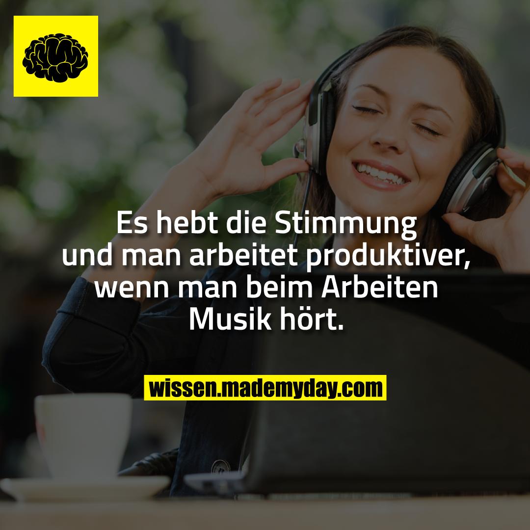 Es hebt die Stimmung und man arbeitet produktiver, wenn man beim Arbeiten Musik hört.