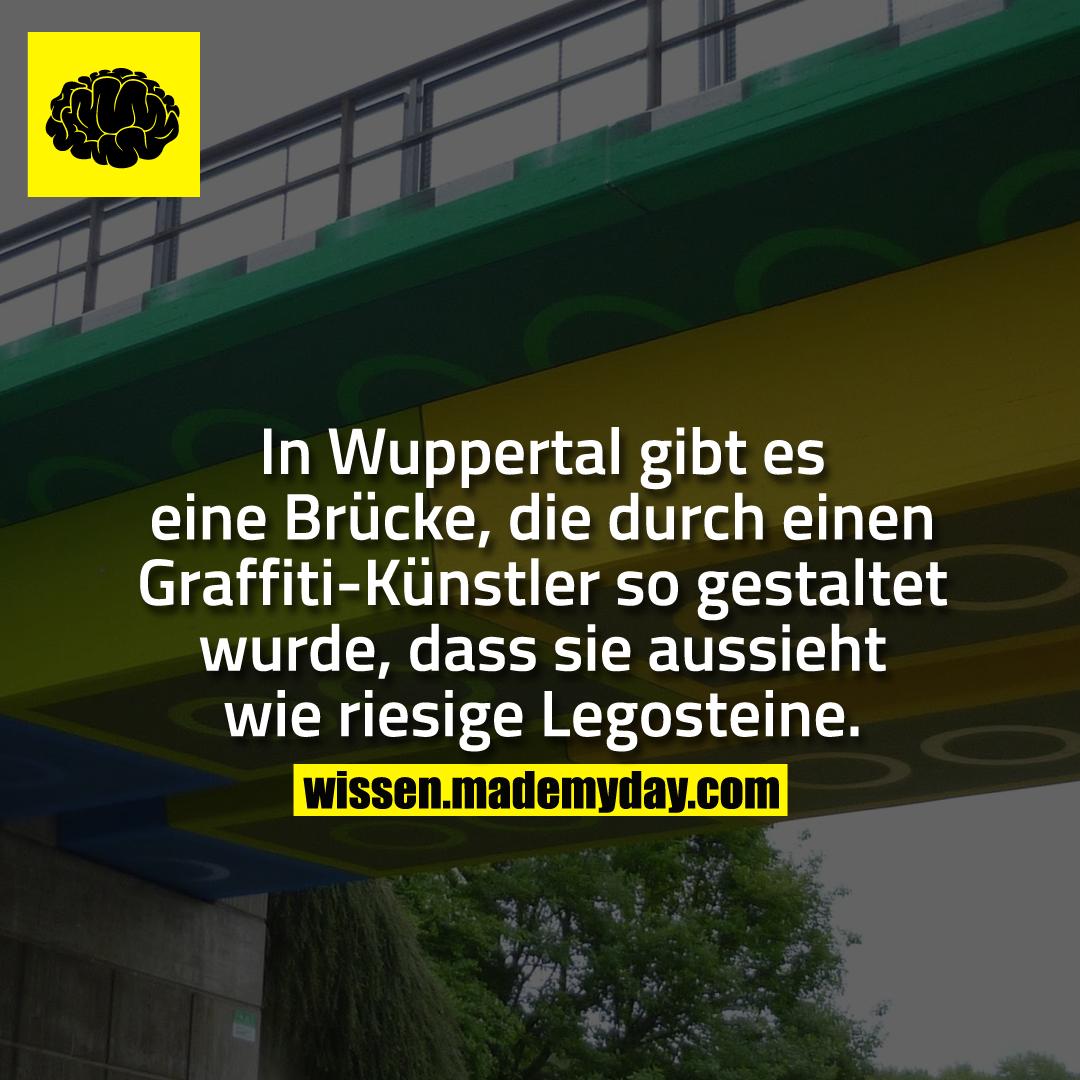 In Wuppertal gibt es eine Brücke, die durch einen Graffiti-Künstler so gestaltet wurde, dass sie aussieht wie riesige Legosteine.