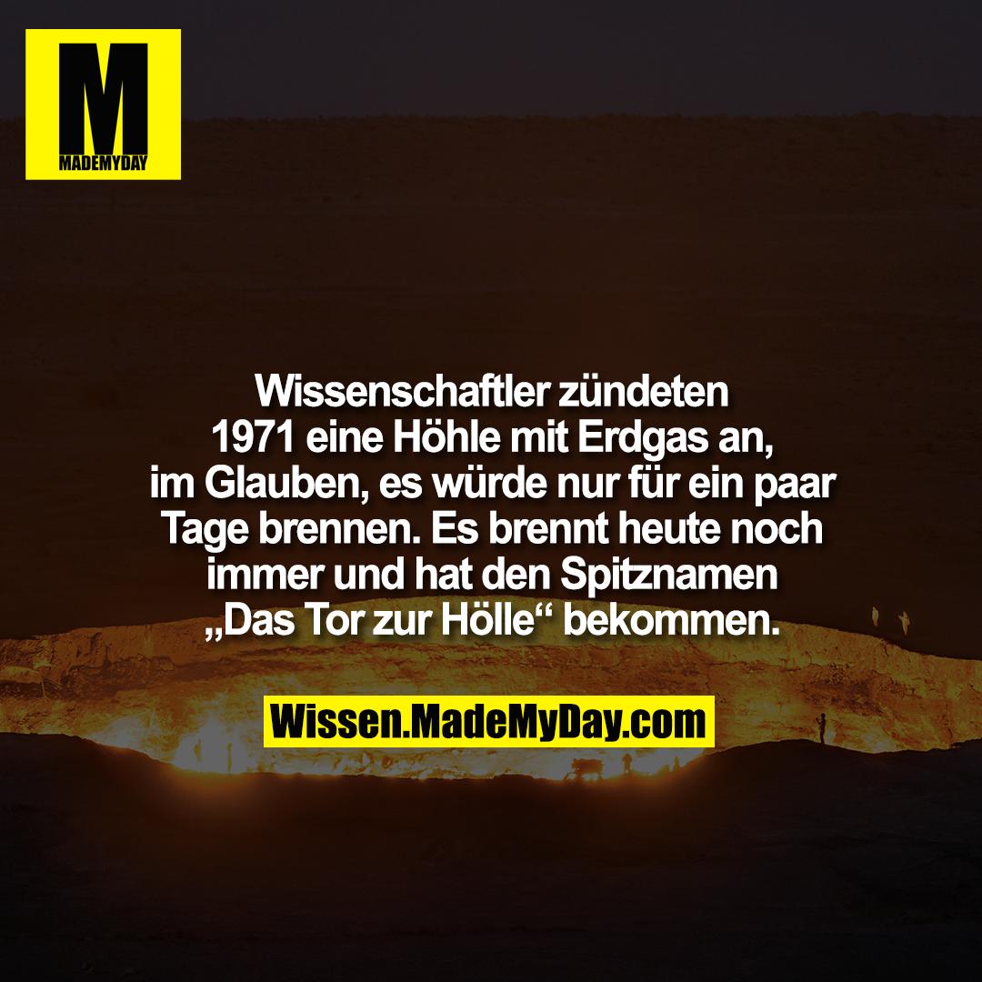 """Wissenschaftler zündeten 1971 eine Höhle mit Erdgas an, im Glauben, es würde nur für ein paar Tage brennen. Es brennt heute noch immer und hat den Spitznamen """"Das Tor zur Hölle"""" bekommen."""