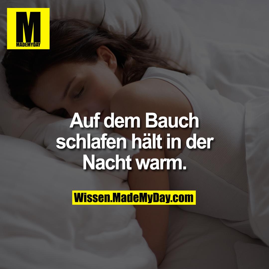 Auf dem Bauch schlafen hält in der Nacht warm.