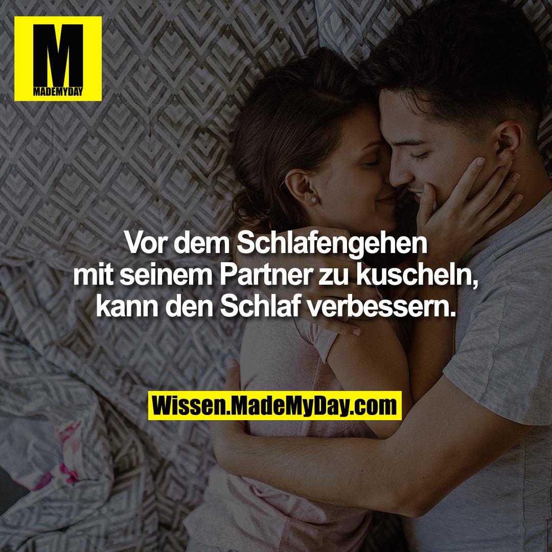 Vor dem Schlafengehen mit seinem Partner zu kuscheln, kann den Schlaf verbessern.