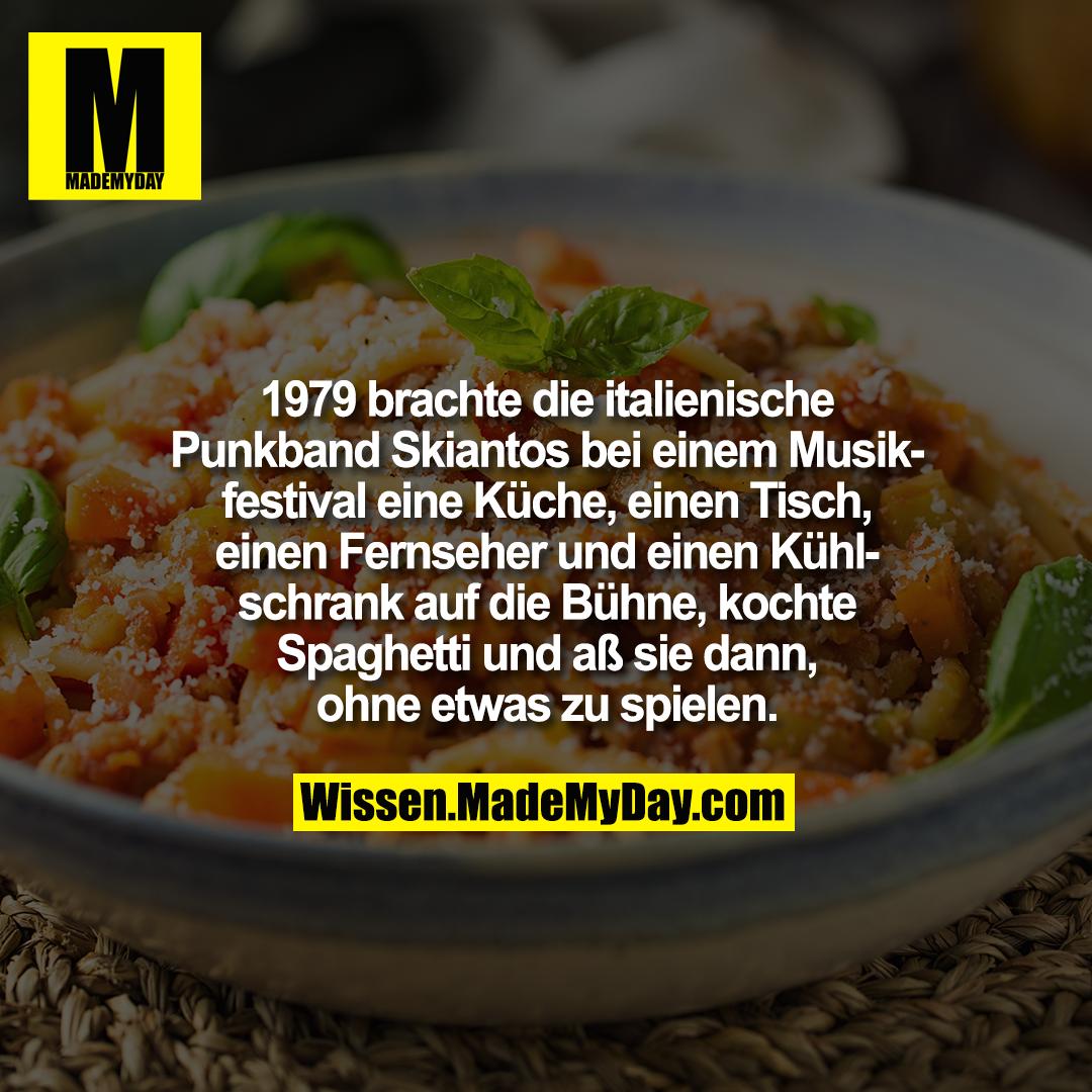 1979 brachte die italienische Punkband Skiantos bei einem Musikfestival eine Küche, einen Tisch, einen Fernseher und einen Kühlschrank auf die Bühne, kochte Spaghetti und aß sie dann, ohne etwas zu spielen.