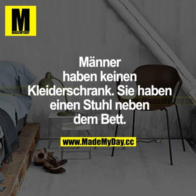 Männer haben keinen Kleiderschrank. Sie haben einen Stuhl neben dem Bett.