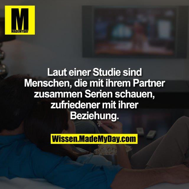 Laut einer Studie sind Menschen, die mit ihrem Partner zusammen Serien schauen, zufriedener mit ihrer Beziehung.