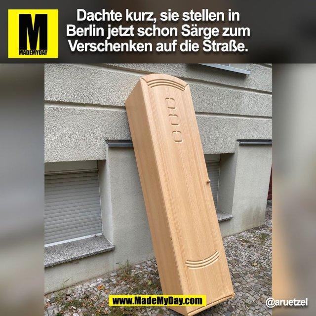 Dachte kurz, sie stellen in<br /> Berlin jetzt schon Särge zum<br /> Verschenken auf die Straße.<br /> @aruetzel<br /> (BILD)
